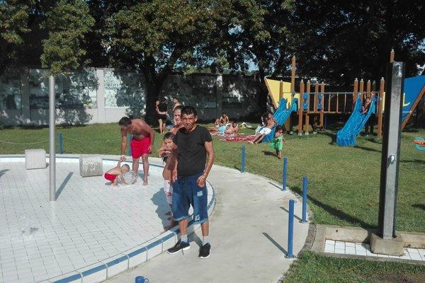 Niektorí dospelí zo skupiny (v pozadí) sa ani neprezliekli, len sa oplachovali vodou z detského bazéna.