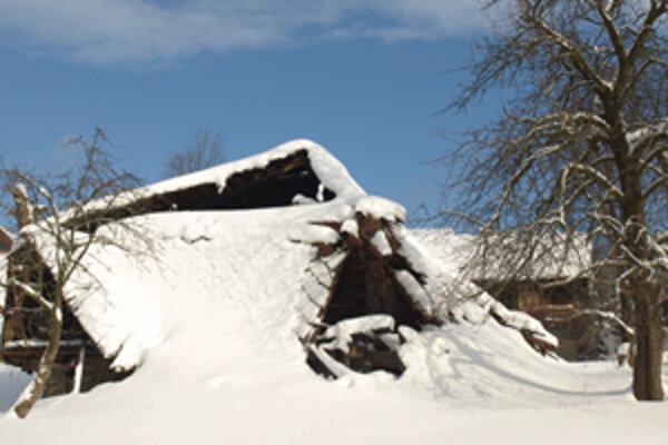 Pod snehom a preborenou strechou dnes bývalý richtársky dom takmer nepoznať.