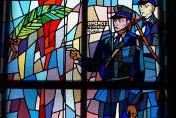 Vitráž v lieseckom kostole. Zdobí ju aj dvojica Bernard Jaško a Pavol Kalinaj.