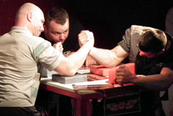Jozef Marmoľ (vľavo) vyhral v obidvoch rukách.