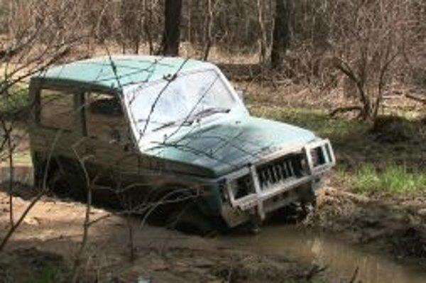Suzuki zastavilo až blato.