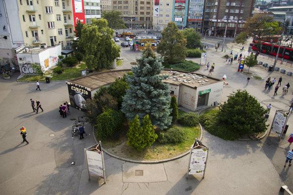 Z Kamenného námestia v Bratislave začali odstraňovať nelegálne stánky.