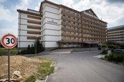 V rovnakej budove ako je Residence Hotel & Club má Unipharma svoje apartmány, volajú sa Unipharma Apartments.
