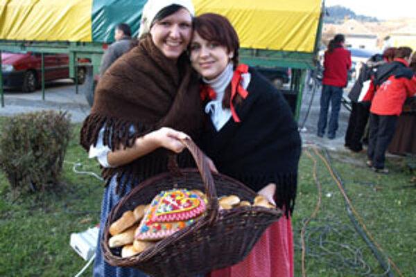 Dievčatá v krojoch rozdávali jarmočníkom tradičné trstenské pečivo, zvané bagle.