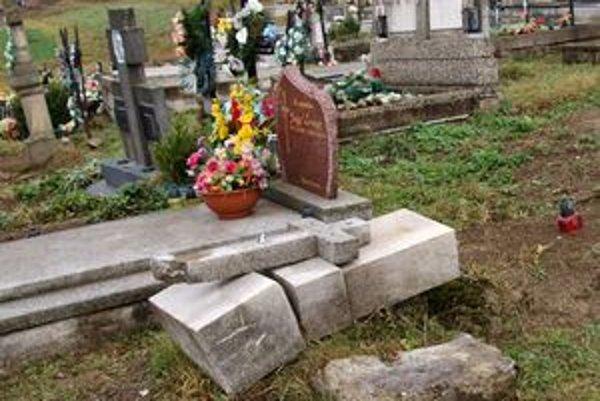 Staré pomníky na cintoríne v Hruštíne plánuje samospráva v budúcom roku zrušiť a vytvoriť tak miesto pre ďalšie hroby.