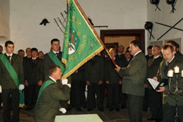 Od predsedu Poľovníckeho združenia Oravská Polhora Jozefa Heruda prevzali štandardu združenia jej strážcovia.