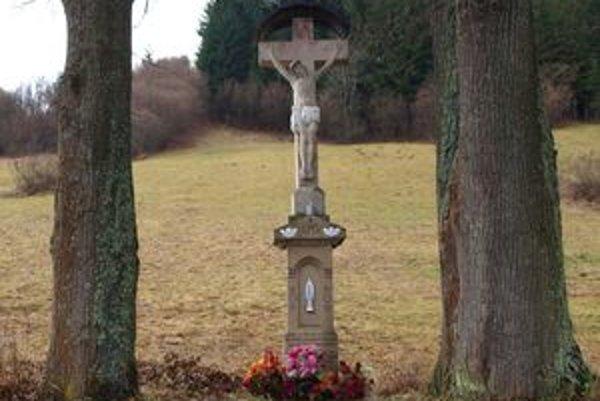 Pamätník na Mateja Pacoňa, vojaka zabitého vruskom zajatí počas prvej svetovej vojny, nechal postaviť jeho otec.