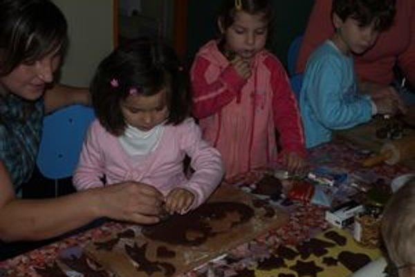 Deti spolu s mamičkami najskôr formičkami vykrajovali perníky, potom si ich samé aj zdobili.