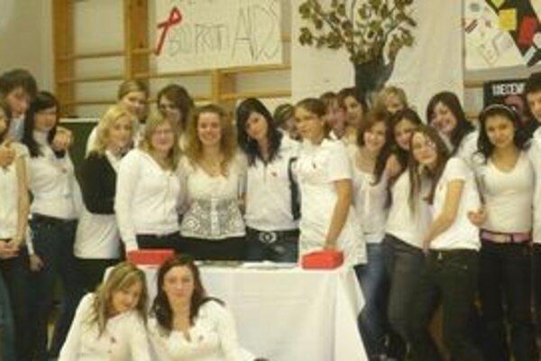 Námestovskí študenti sa zapojili do kampane Červené stužky, čím podporili boj proti AIDS.