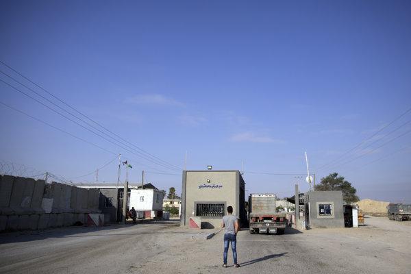 Muž stojí na palestínskej strane cargo hraničného priechodu Kerem Šalom pri meste  Rafah na juhu pásma Gazy