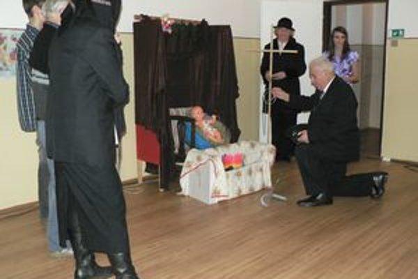 Pod vedením Jarmily Némethovej nacvičili členovia satelitného klubu dôchodcov na Banisku divadelnú scénku. Bola súčasťou programu spoločnej predvianočnej kapustnice.
