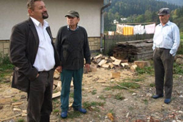 Starosta Peter Horváth (vľavo) sľúbil, že Jozefovi Štrausovi pomôže, len musí včas vedieť, že sa niečo deje. Vystrájanie mladíkov mu potvrdil aj Jozef Cubinek (vpravo).