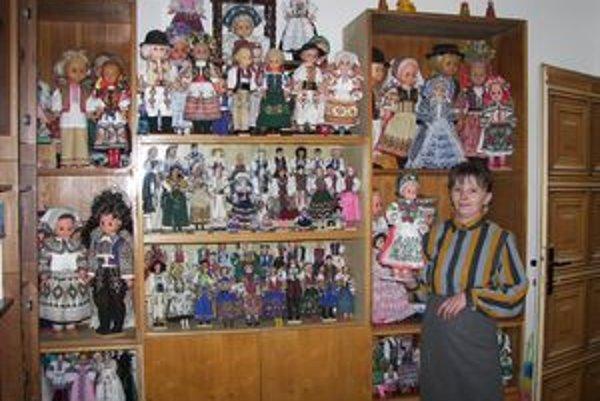 Katarína Škapcová má doma celú zbierku bábik, ktoré sama vyobliekala do domácich aj zahraničných krojov. Všetky originály si necháva pre seba, ak by chcela niekoho obdarovať, zhotoví mu kópiu.