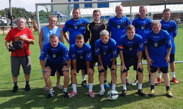 Mužstvo Vysokej nad Kysucou s Antonom Opialom (vľavo).