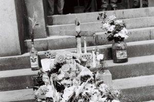 Na miestach, kde zomierali ľudia, vznikali improvizované pomníky.