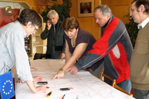 Na mape Rabče vzniklo minulú stredu niekoľko červených čiar – označovali komunikácie a brehy potokov, na ktoré treba vypracovať projektovú dokumentáciu.