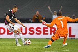 Antonio Mance (vpravo) strieľa gól Trenčína v odvetnom stretnutí proti Feyenoordu.