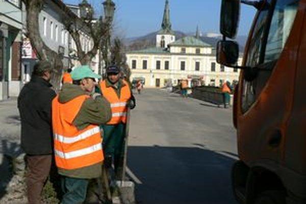 Pracovníci technických služieb začali s čistením mesta po zime. Práce načas zastavila nová nádielka snehu.