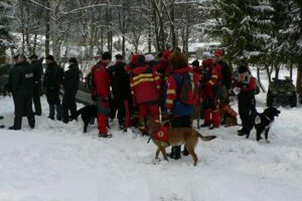 Záchranári s policajtmi pátrajú po stratenom Vyšnokubínčanovi.