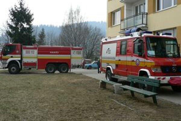 Odstavené hasičské autá pred jednou z bytoviek na Bysterci vystrašili ľudí. Upokojili sa, až keď im hasiči vysvetlili, že ide len o cvičenie.