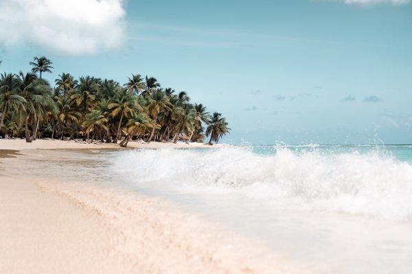 Na plážach v Dominikánskej republike je počas európskej zimy príjemne teplo.