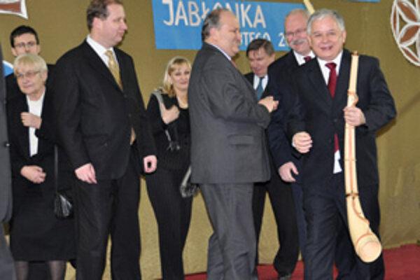 Lech Kaczynski (vpravo) na slovensko-poľskom pomedzí vo februári 2009. Sprevádzal ho aj primátor Trstenej Jozef Ďubjak.