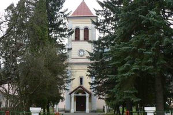 Kostol v Oravskom Podzámku. Niektorí Podzámčania ho prestali navštevovať, lebo je v ňom zima.