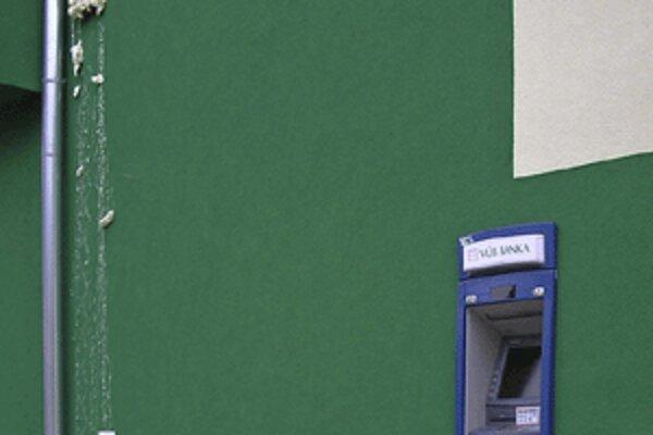 Bankomat v Rabči sa dnes nadránom stal terčom vlamačov. Hore vidieť purpenou zneškodnené signalizačné zariadenie.