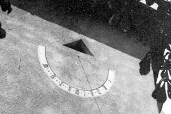 Slnečné hodiny v Bobrove - fotografia pochádza z archívu Matematicko-fyzikálnej fakulty Karlovej univerzity v Prahe.
