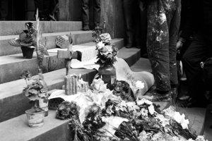 """Zábery Mira Vojteka z Bratislavy 22.augusta 1968, deň po vstupe sovietskych vojsk. Na snímke symbolický pomník Danke Košanovej pri  budove Univerzity Komenského s nápisom : """"Tu zabili ruskí okupanti 17-ročné dievča 21.augusta 1968""""."""