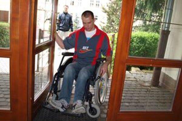 Vstup do mestského úradu. Ján Brašeň sa potrápil, kým sa dostal dnu. Rovnaký problém majú aj iní vozičkári, ktorí si chcú na úrade niečo vybaviť.
