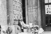 Na schodoch pred budovou univerzity na Šafárikovom námestí v Bratislave zabila odrazená guľka 15-ročnú Danku Košanovú.