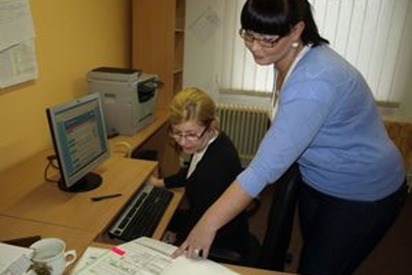 Vedúca kancelárie Marcela Molitorisová (vpravo) s pracovníčkou prvého kontaktu  Margitou Carachovou pri práci.