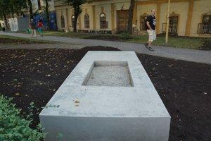 Výtvarník Kalmus chcel dokončiť pamätník až po víkende, obával sa jeho poškodenia.