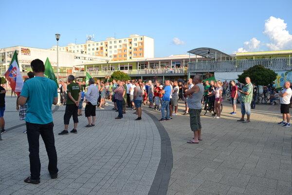 Kotlebovci na námestí v Snine zorganizovali petičnú akciu.