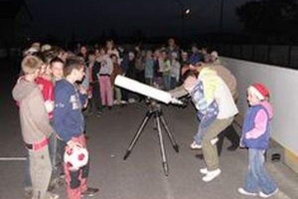 Mútňanské deti sa s astronómiou zoznámili aj prakticky. Takmer do polnoci sledovali hviezdy a planéty cez obrovský ďalekohľad.