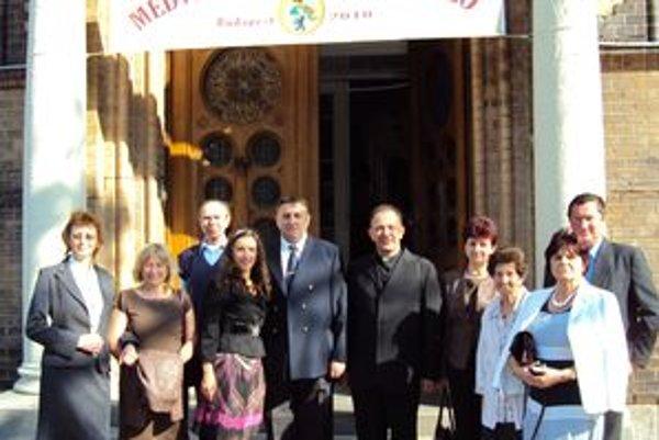 Správca farnosti v Tvrdošíne Ján Marhefka s oravskými Medveckými pred budovou Evanjelického gymnázia v Budapešti.
