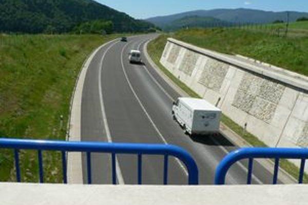 Tínedžerky hádzali na rýchlostnú cestu nad Hornou Lehotou kamene. Vodiči mali čo robiť, aby pri kľučkovaní pomedzi prekážky udržali auto pod kontrolou.