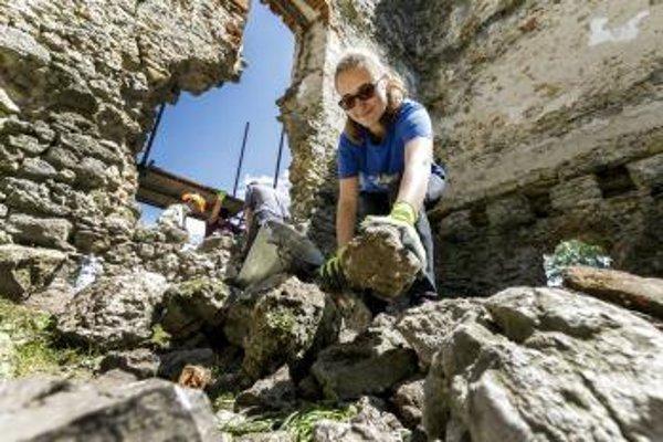 Nadšenci obnovujú hrad Korlátko.
