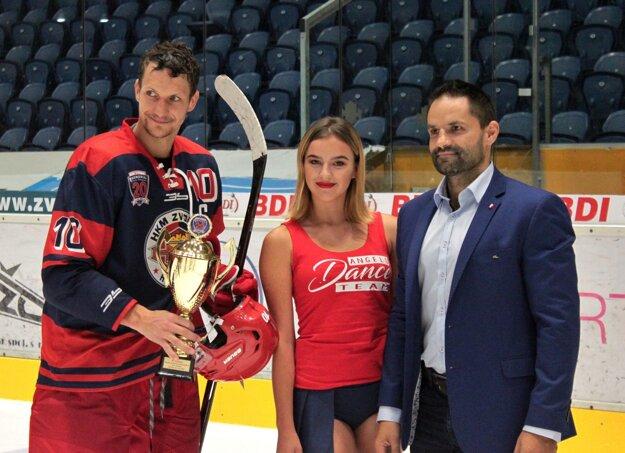 Kapitán Zvolena Michal Chovan s pohárom za tretie miesto.