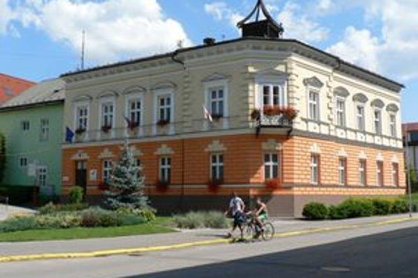 Dolnokubínska radnica. Kto ju bude viesť ukážu novembrové komunálne voľby. Po primátorskej stoličke poškuľujú zatiaľ štyria kandidáti