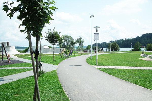 Na tento chodník sa bude napájať nový, náučný okolo priehrady.