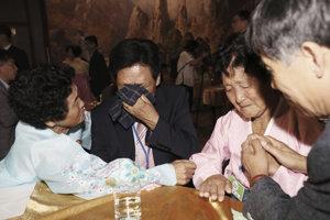 Osemdesiatročný Juhokórejčan Kim Choon-shik (druhý zľava) konečne mohol stretnúť s mladšou sestrou Choon Sil (druhá vpravo) v KĽDR.