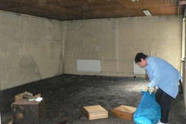 Oravský futbalový zväz si vlani priestory svojpomocne vynovil. Nedávny požiar ho pripravil o zariadenie, trofeje aj celý archív.