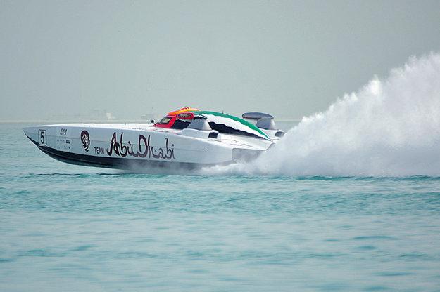 K Abu Dhabi neoddeliteľne patria plavby.