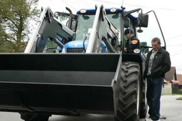 Nový traktor. Spolu s ním obce Bziny a Pucov dostali aj ďalšiu techniku.