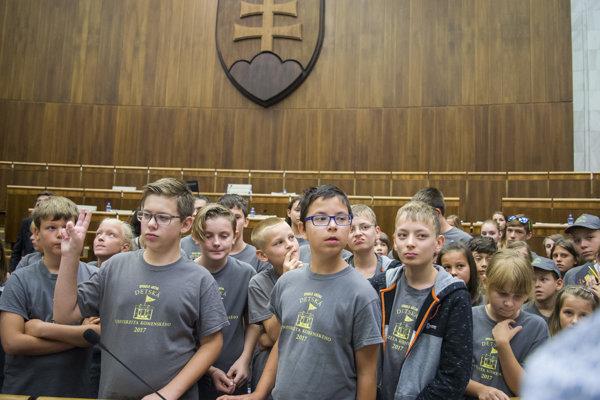 študenti 15. ročníka Detskej Univerzity Komenského počas Hodiny otázok s poslancami Národnej rady SR a členmi vlády SR, 28. augusta 2017.