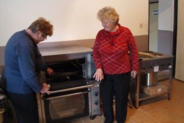 Nová obecná kuchyňa. Hlavne ženy zo Bzín si ju pochvaľujú. Pripravovali v nej už aj prvé svadobné menu.