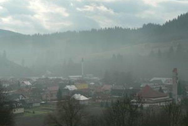 Horná Lehota. Jej obyvateľom v zime chýbajú slnečné lúče. Slnko sa v dedine ukáže len na chvíľu.