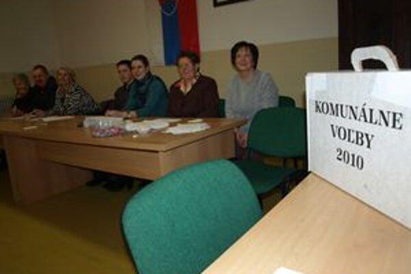 Volebná komisia v Čimhovej bola s účasťou voličov spokojná.